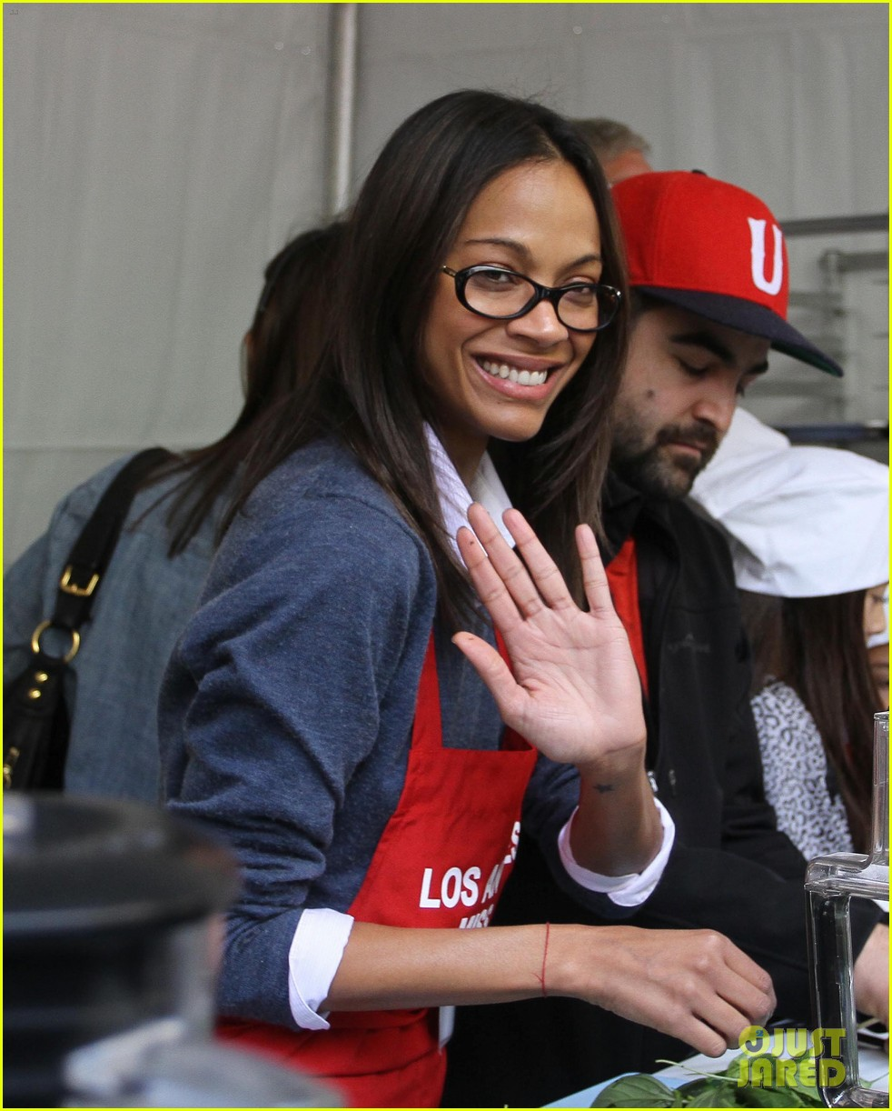 zoe saldana kim kardashian thanksgiving la mission 01