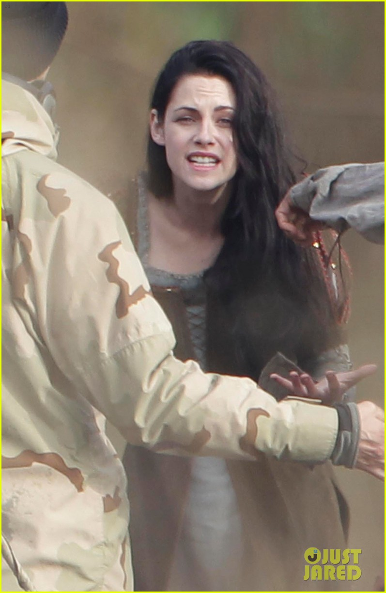 kristen stewart chris hemsworth snow white 02