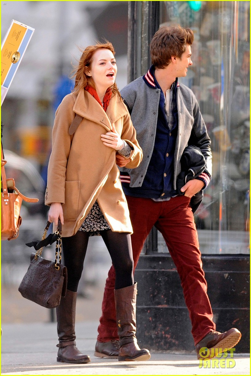emma stone andrew garfield holding hands in nyc 08