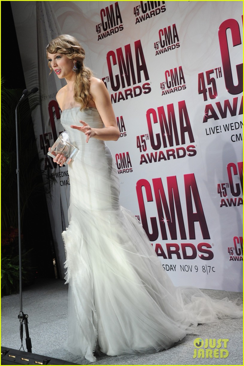 taylor swift cmas win performance 07
