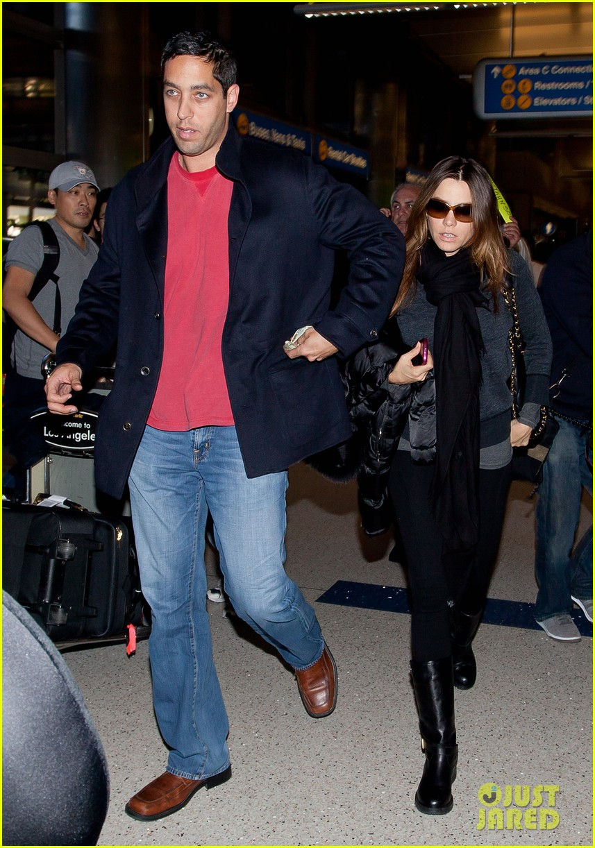 sofia vergara lands airport 01