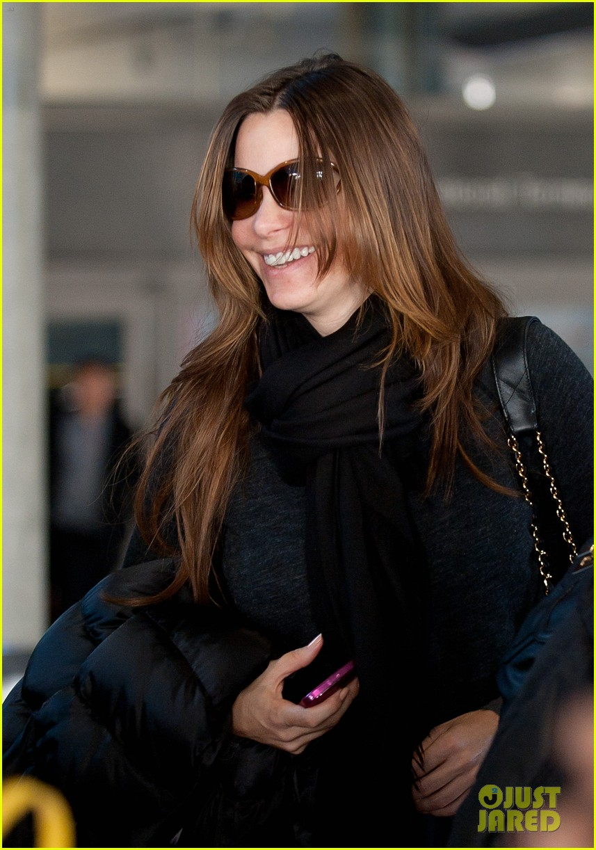 sofia vergara lands airport 02