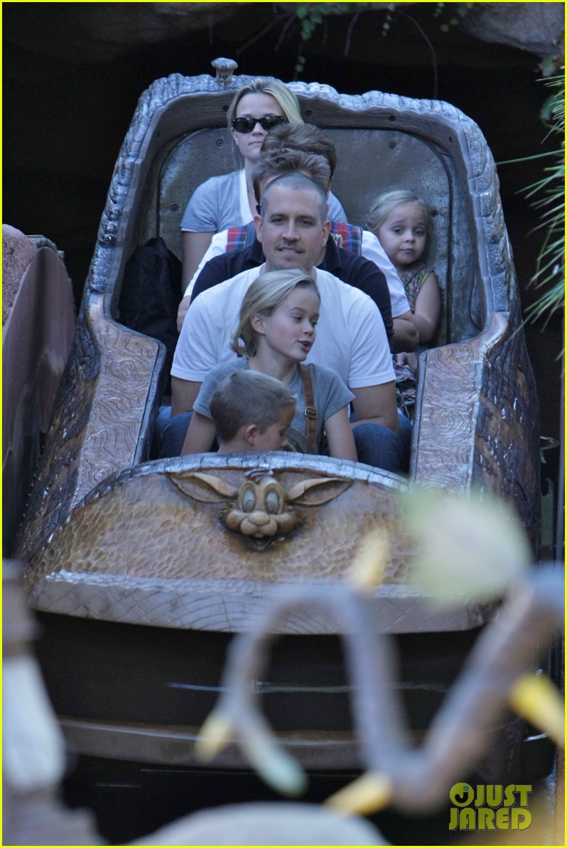 reese witherspoon disneyland with the family 03