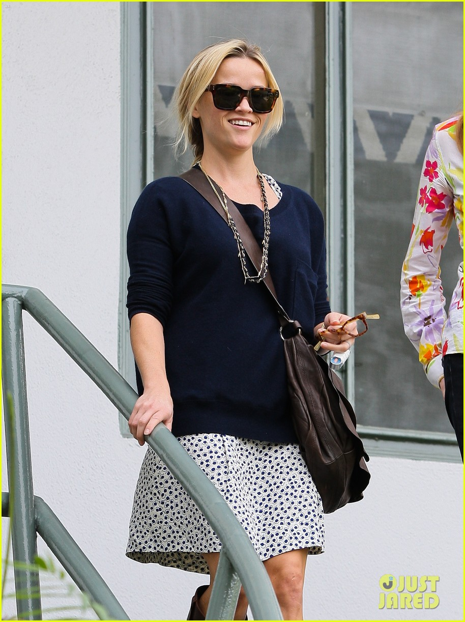 reese witherspoon broken finger 01