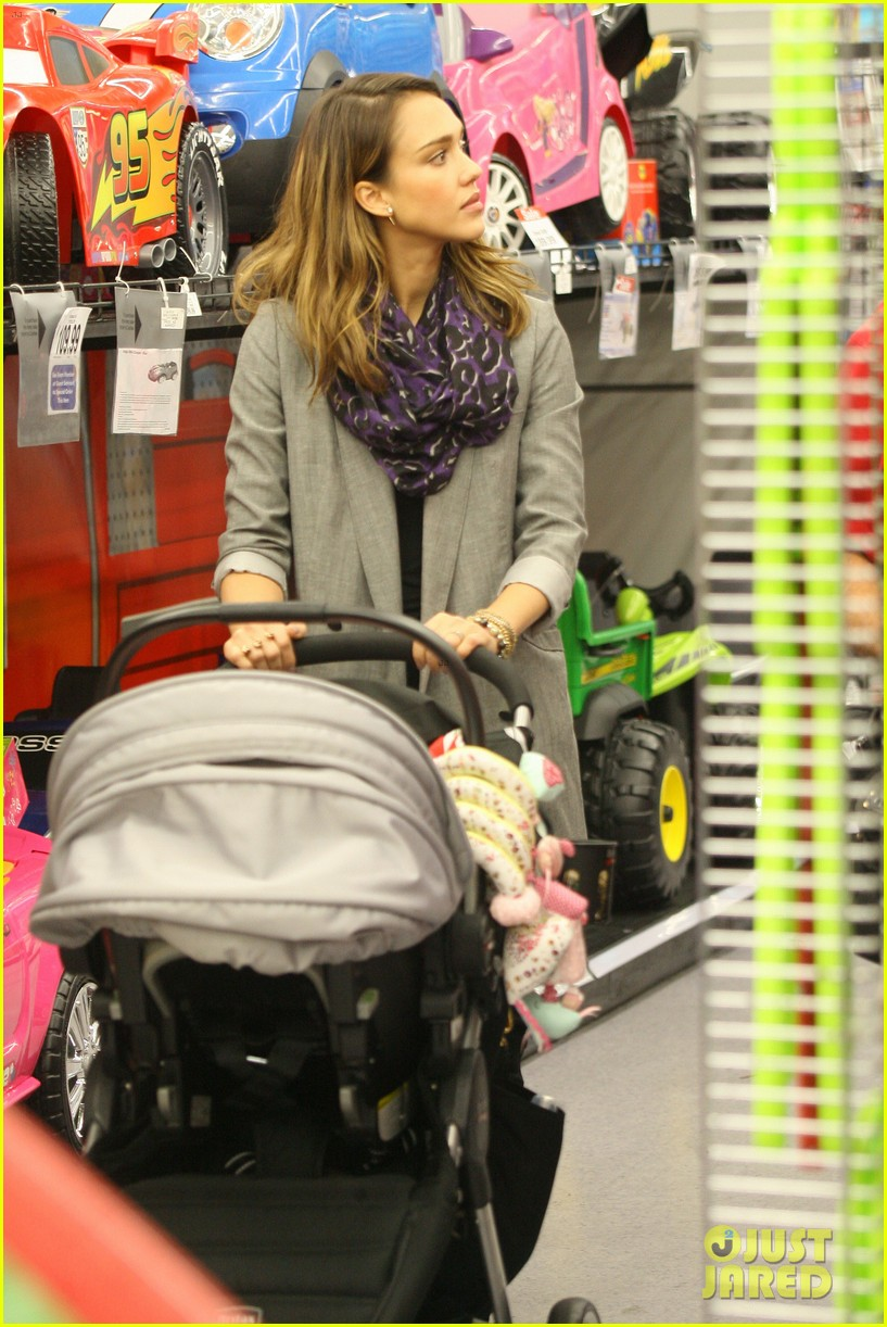 jessica alba toys r us stop with baby haven 04