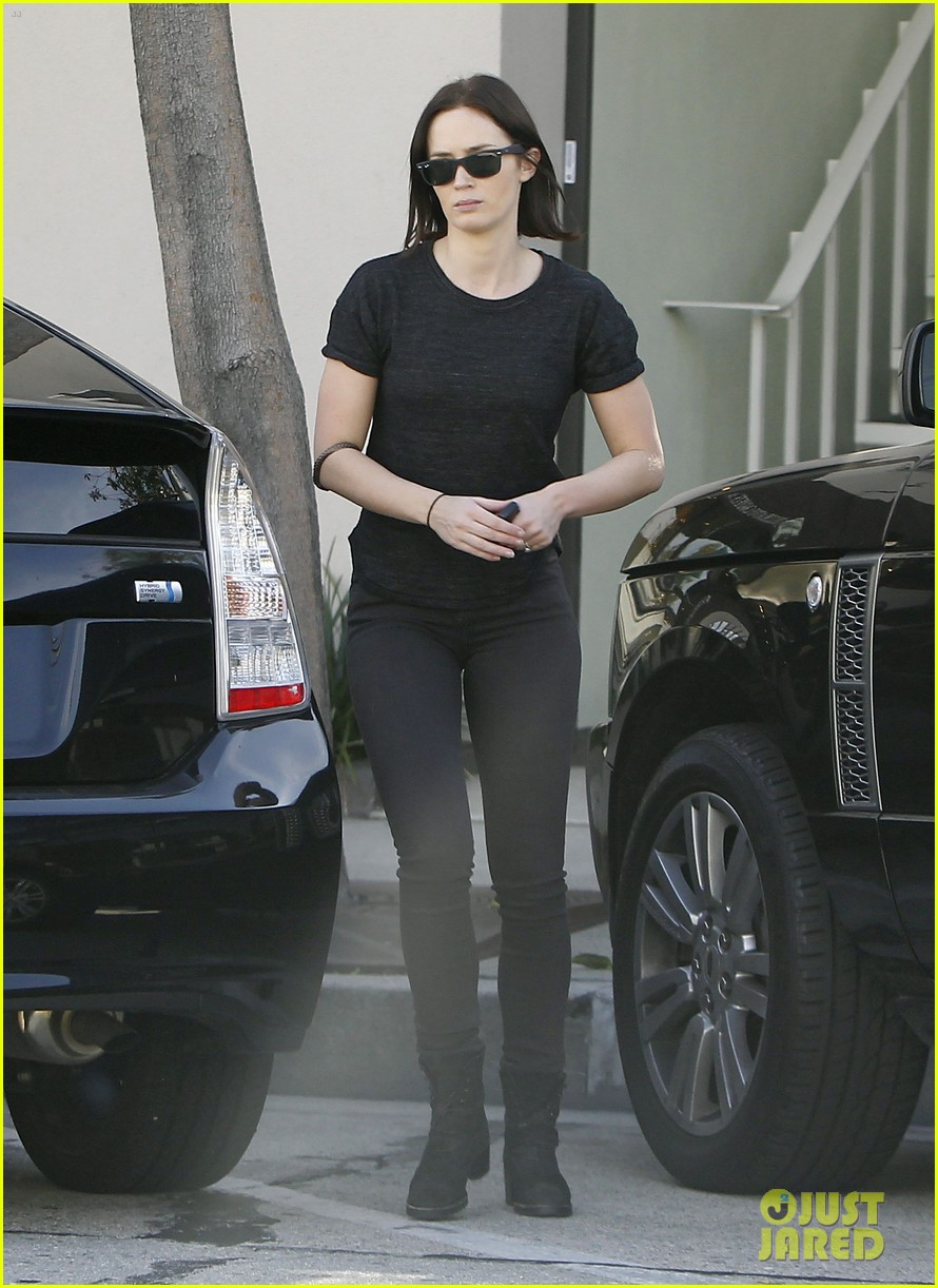emily blunt workout cafe 032605327