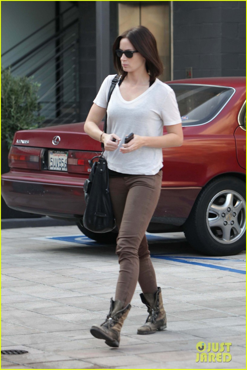 emily blunt workout cafe 12