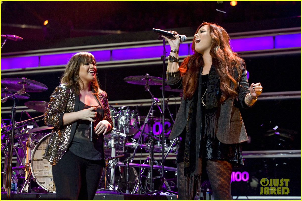 kelly clarkson jingle ball performance 20