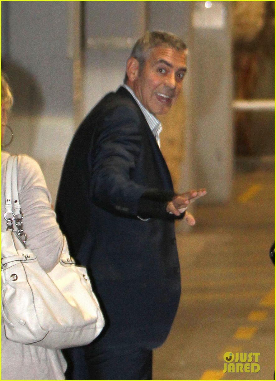 george clooney waiting car australia 02
