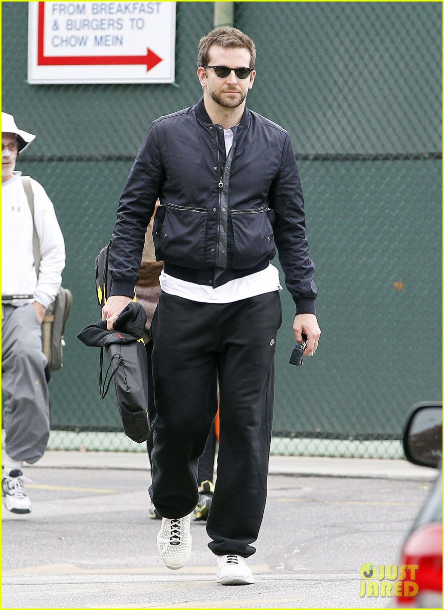 bradley cooper plays tennis with his mom 09
