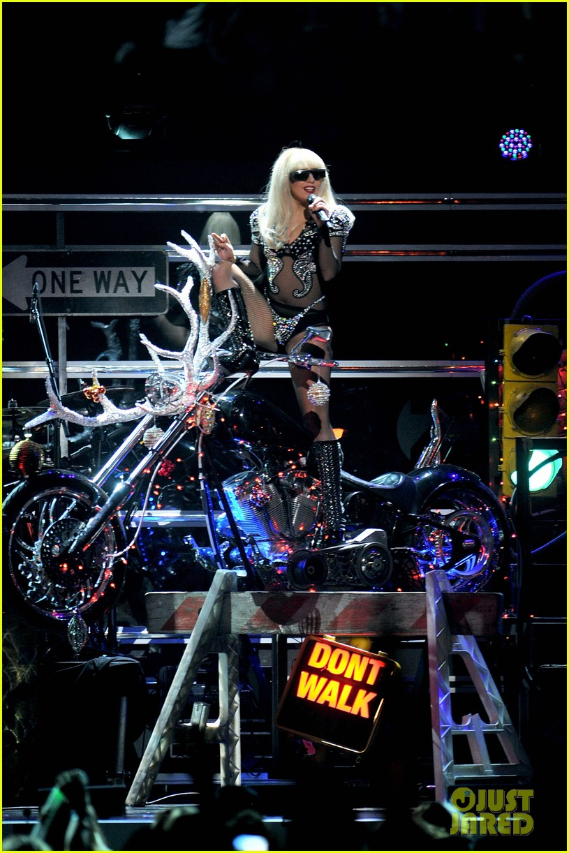 lady gaga jingle ball 01