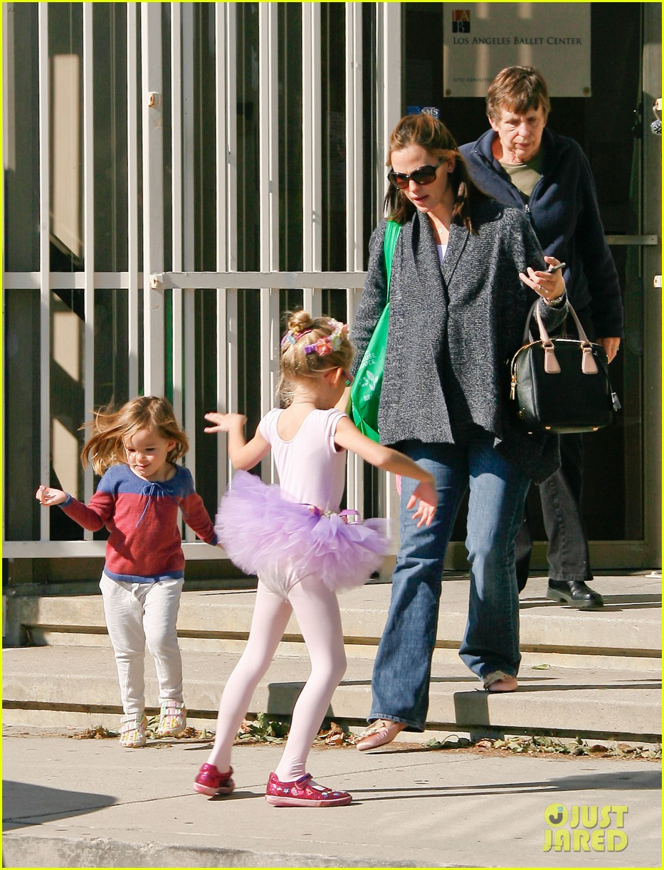 jennifer garner leaves ballet class with the girls 112606335