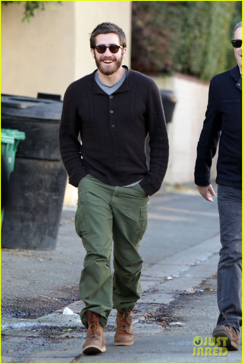 jake gyllenhaal saturday stroll 01