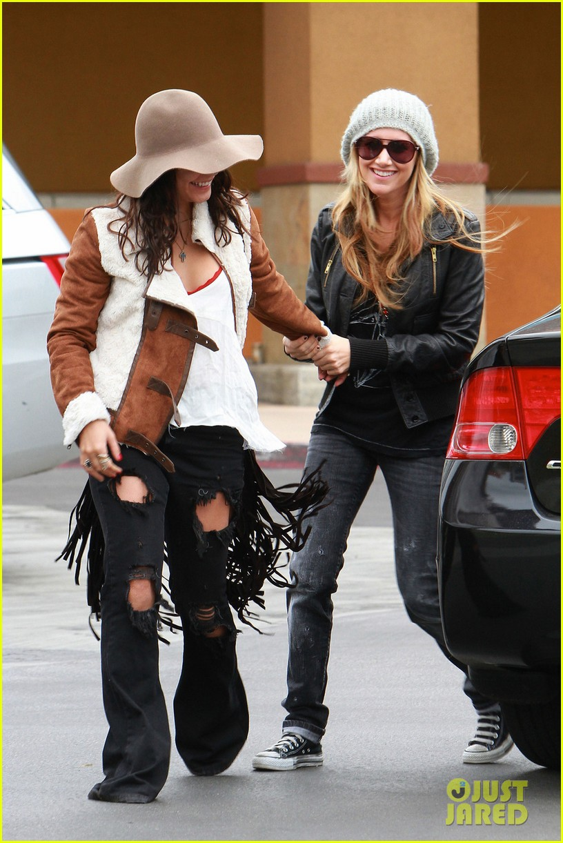 vanessa hudgens ashley tisdale giggle gals 012611214