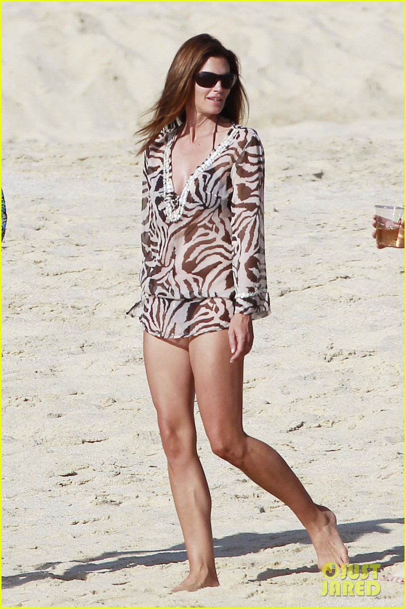 stacy keibler cindy crawford beach stroll 02