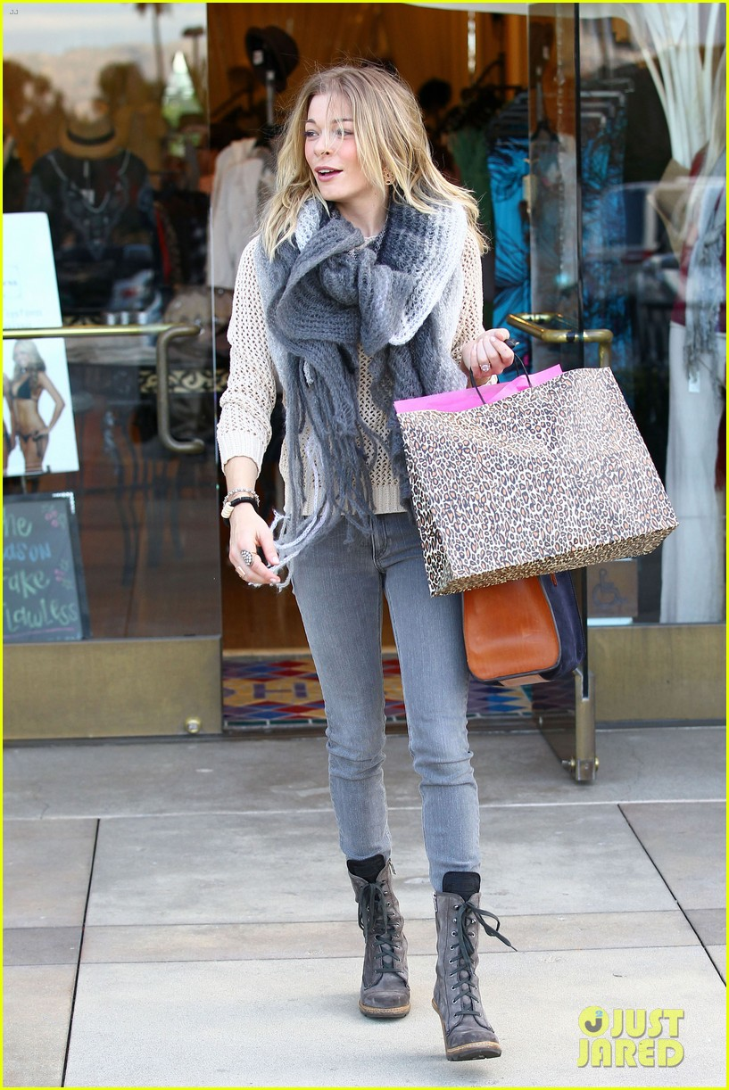 leann rimes shops for a hat 05