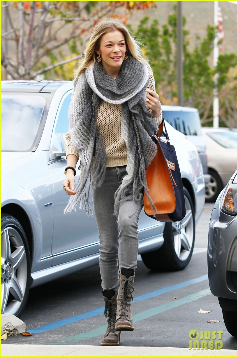 leann rimes shops for a hat 15