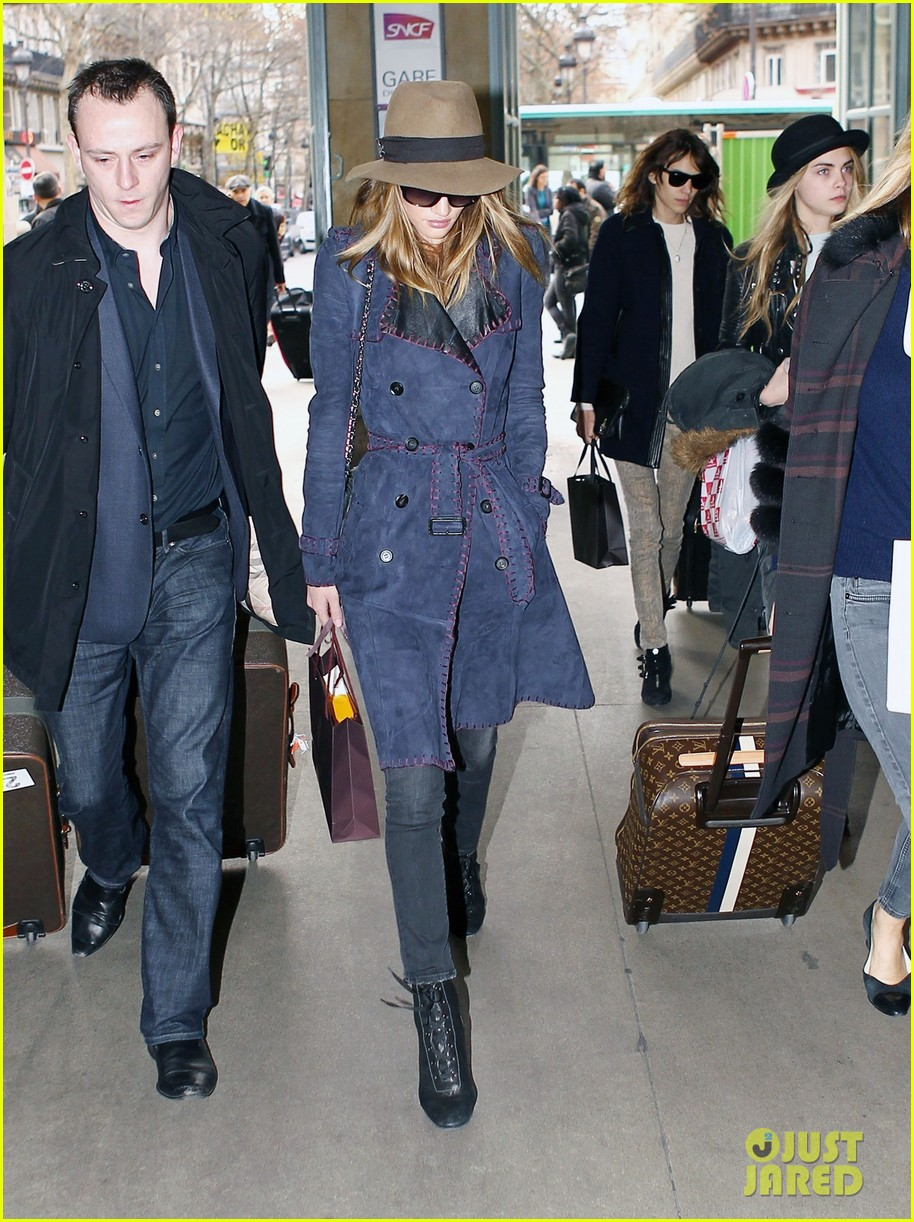 rosie huntington whiteley paris train station 042605776