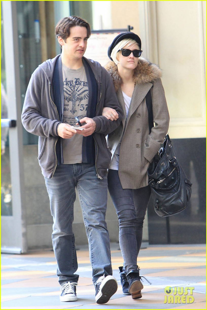 ashlee simpson vincent piazza hug 03