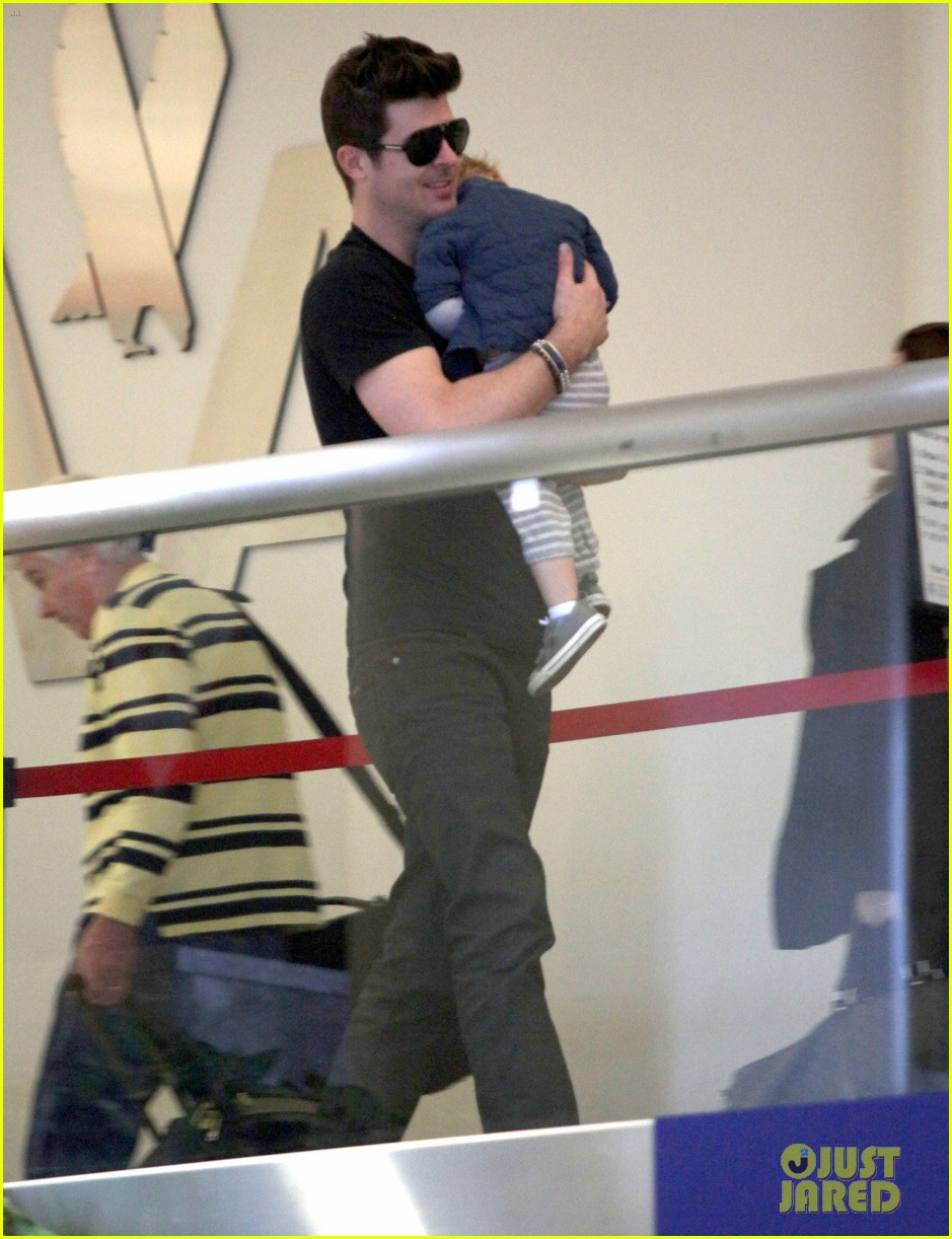 robin thicke julian airport 03