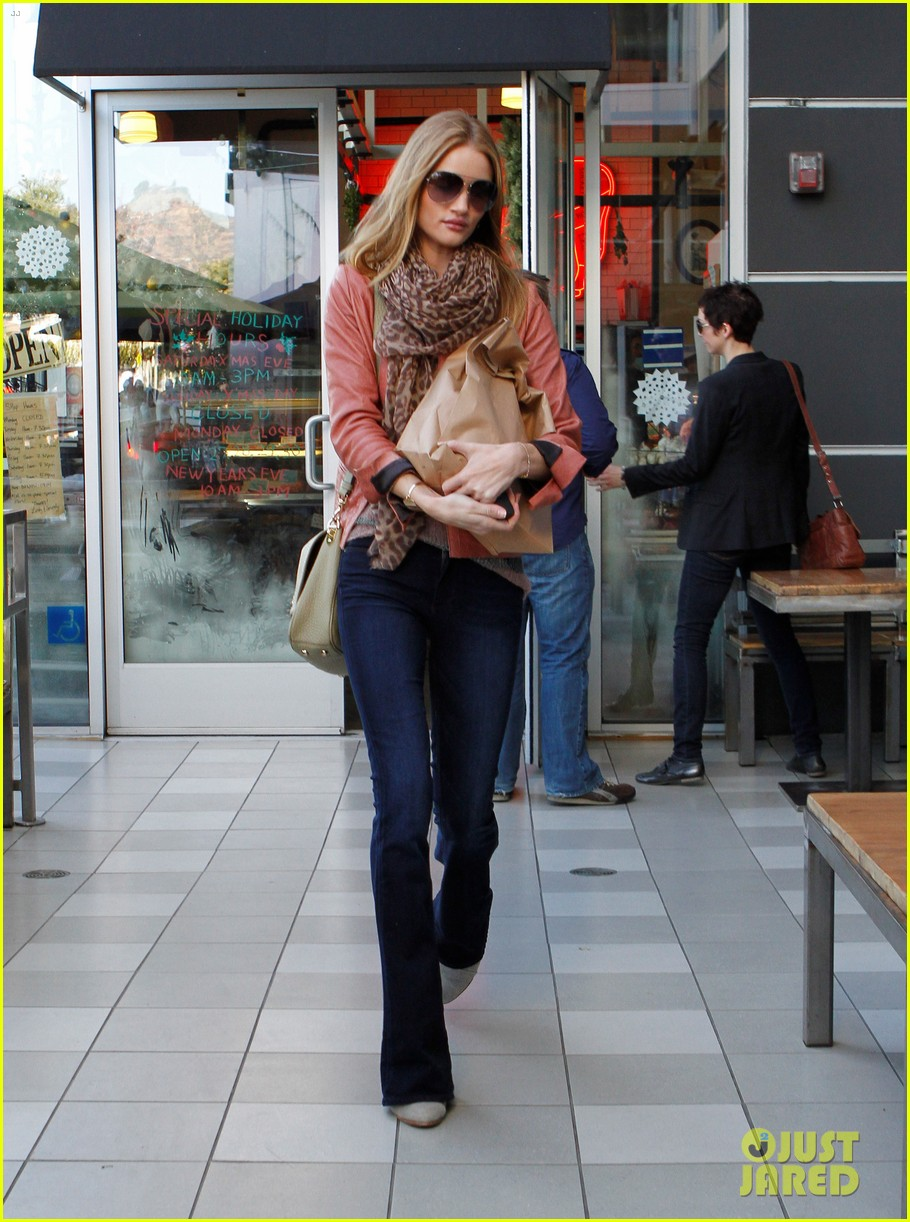 rosie huntington whiteley prepares for christmas dinner 06