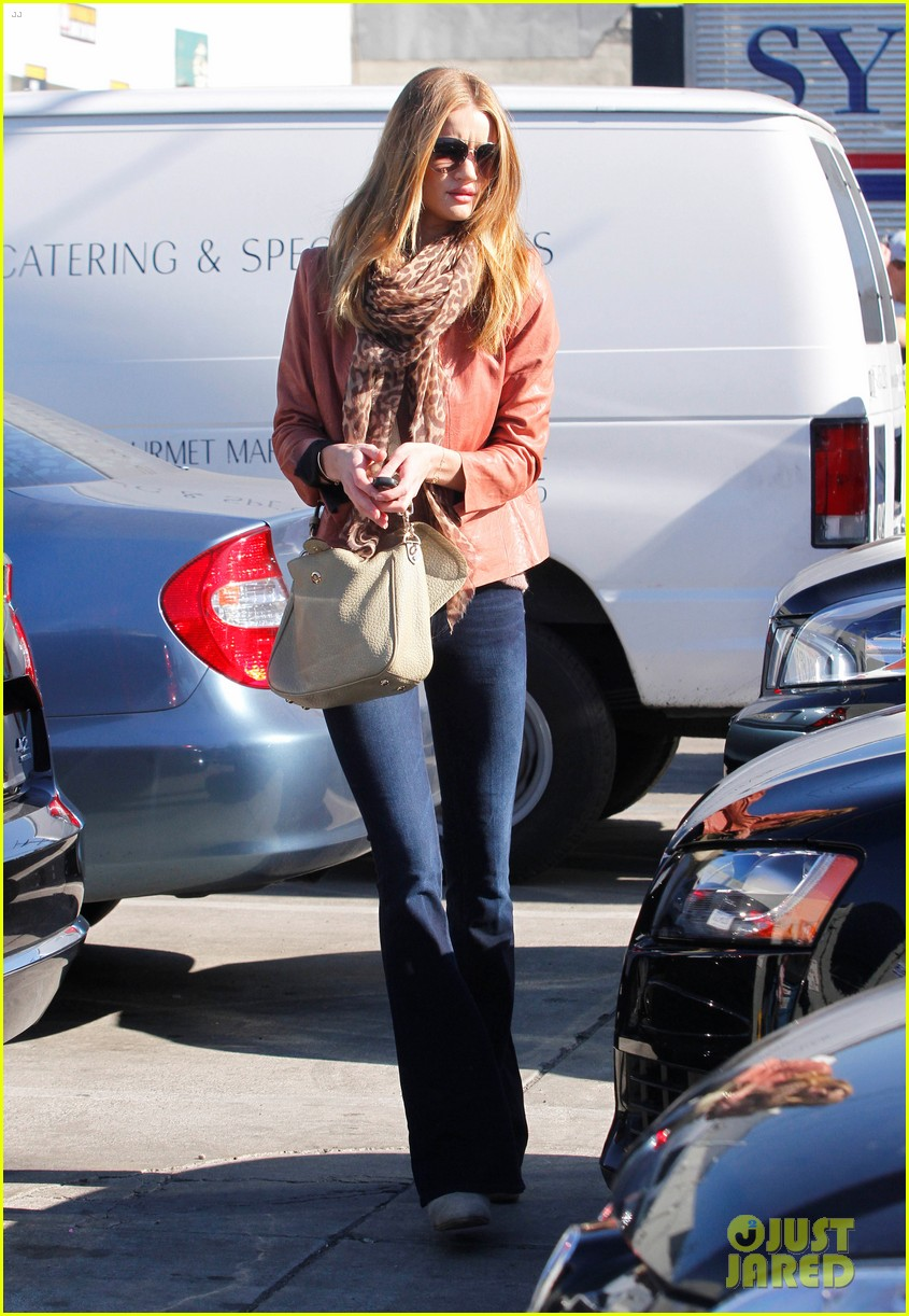 rosie huntington whiteley prepares for christmas dinner 13