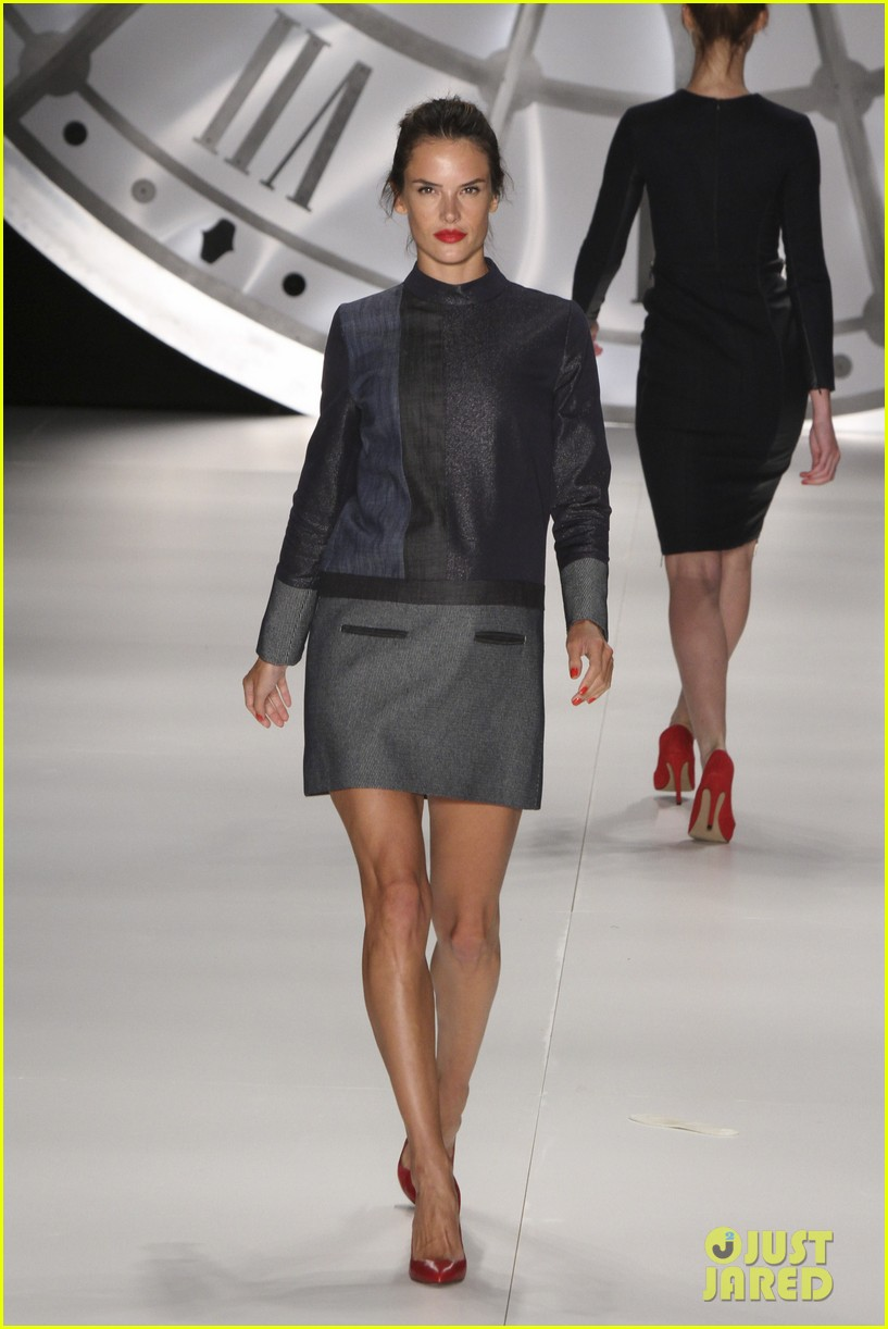 alessandra ambrosio colcci fashion show 11