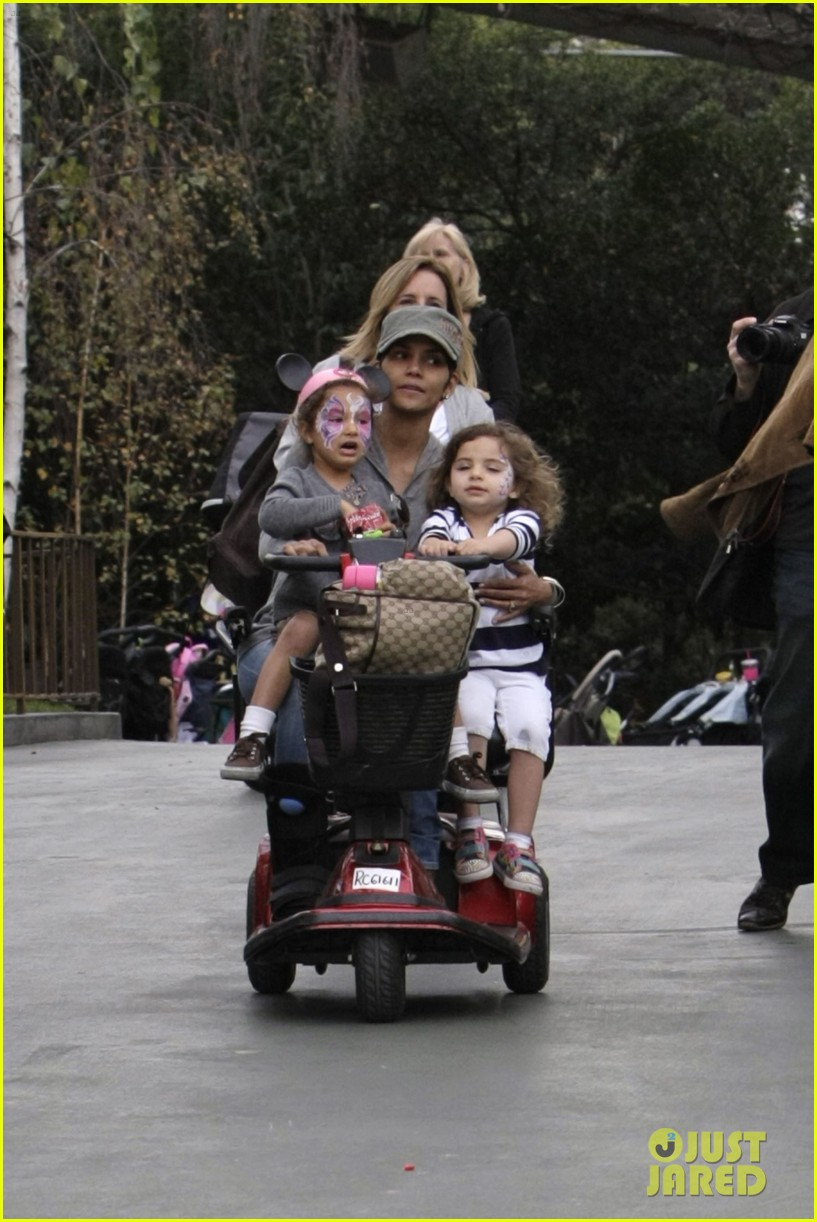 halle berry scooter disneyland 09