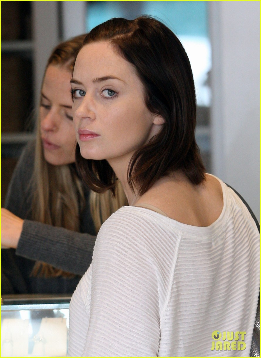 emily blunt jewelry shopping 01