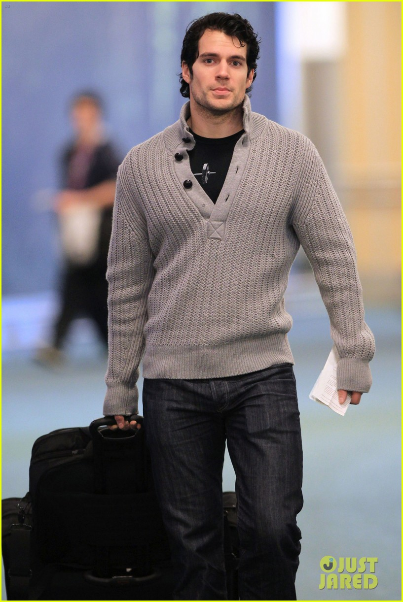 henry cavill vancouver airport 06