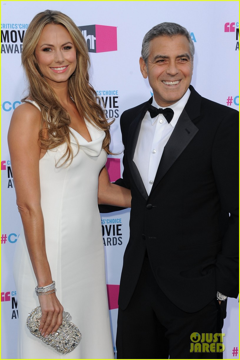 george clooney stacy keibler 2012 critics choice awards 04