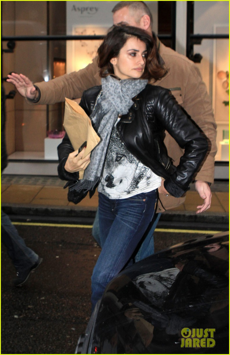 penelope cruz retail therapy in london 01