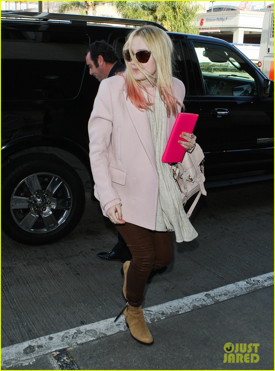 dakota fanning airport pink tips 01