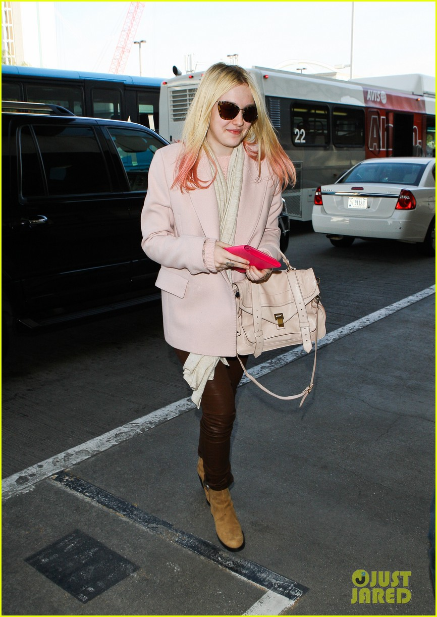 dakota fanning airport pink tips 04