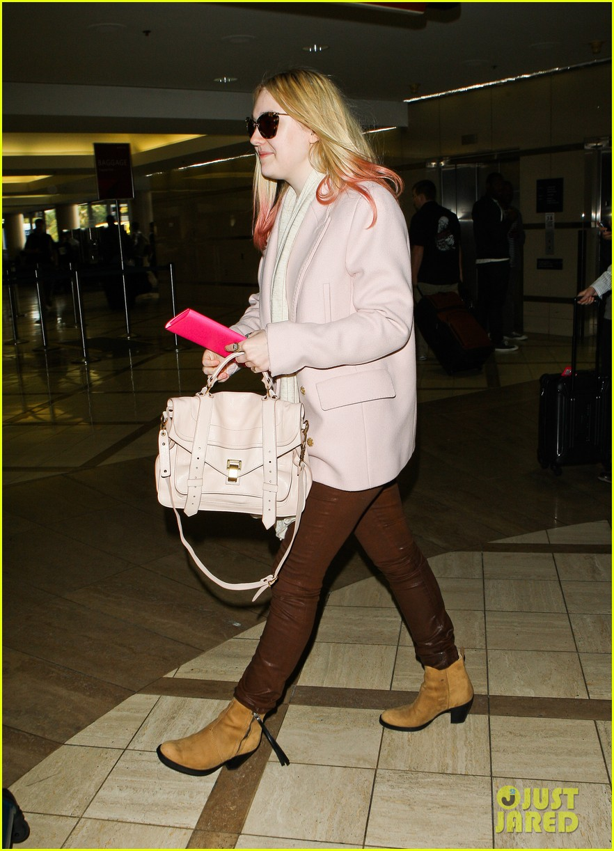 dakota fanning airport pink tips 152620437