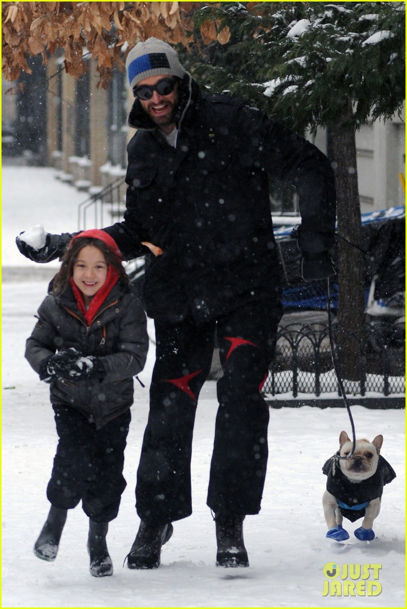 hugh jackman ava snowball fight 01