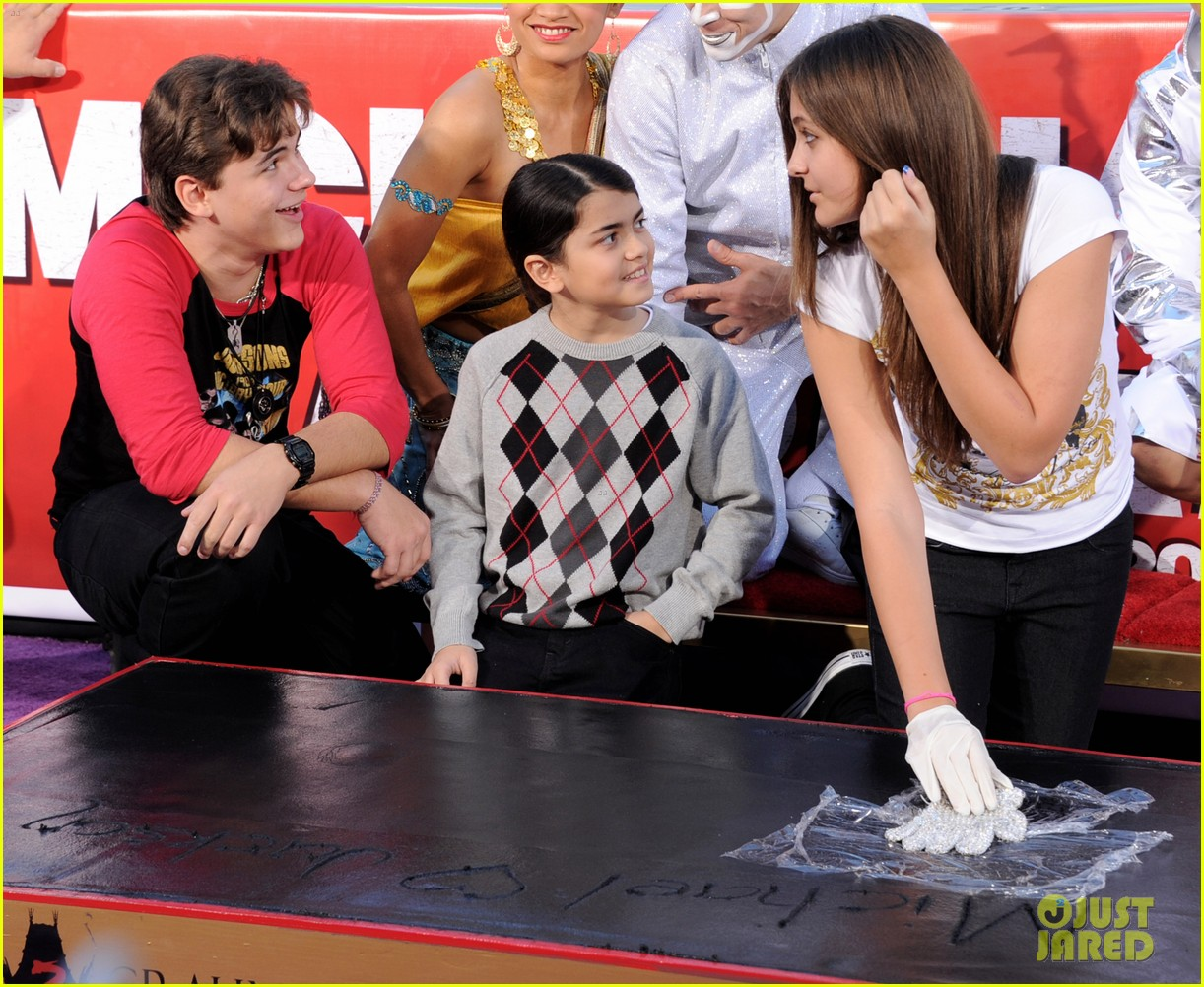 michael jackson blanket paris handprint ceremony justin bieber 02