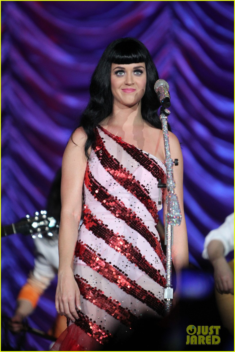 katy perry first post divorce announcement performance 02