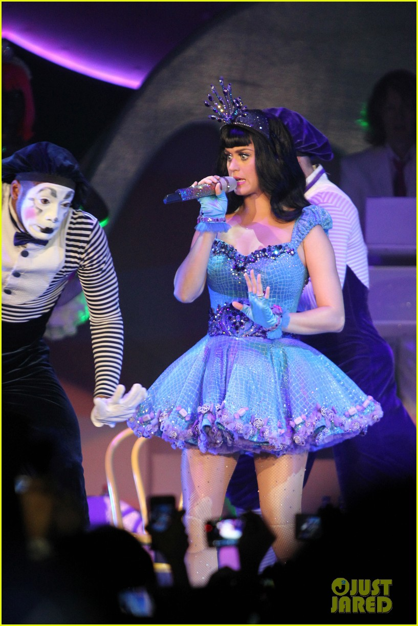 katy perry first post divorce announcement performance 03