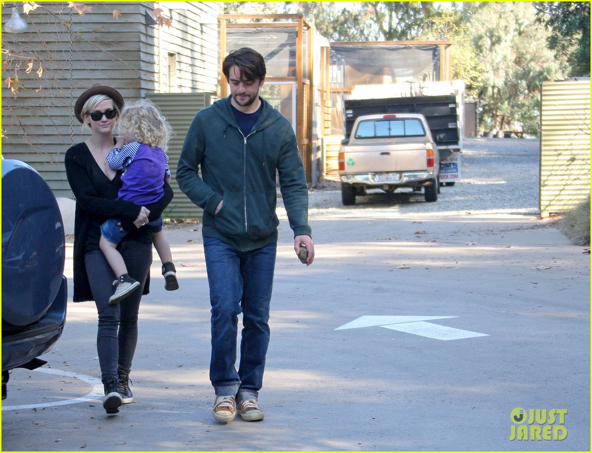 ashlee simpson vincent piazza park playtime with bronx 02