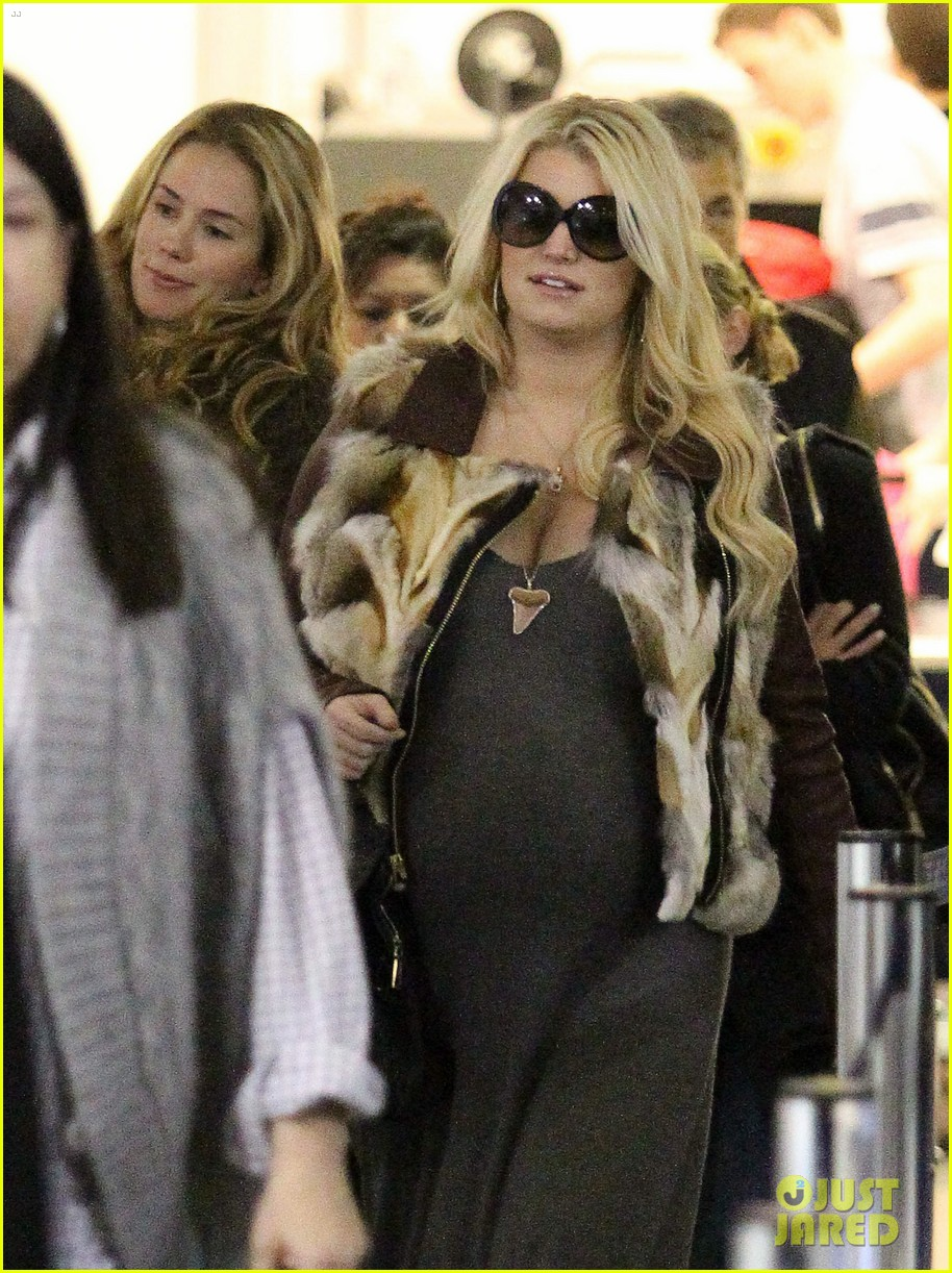 jessica simpson lax arrival with ashlee 14