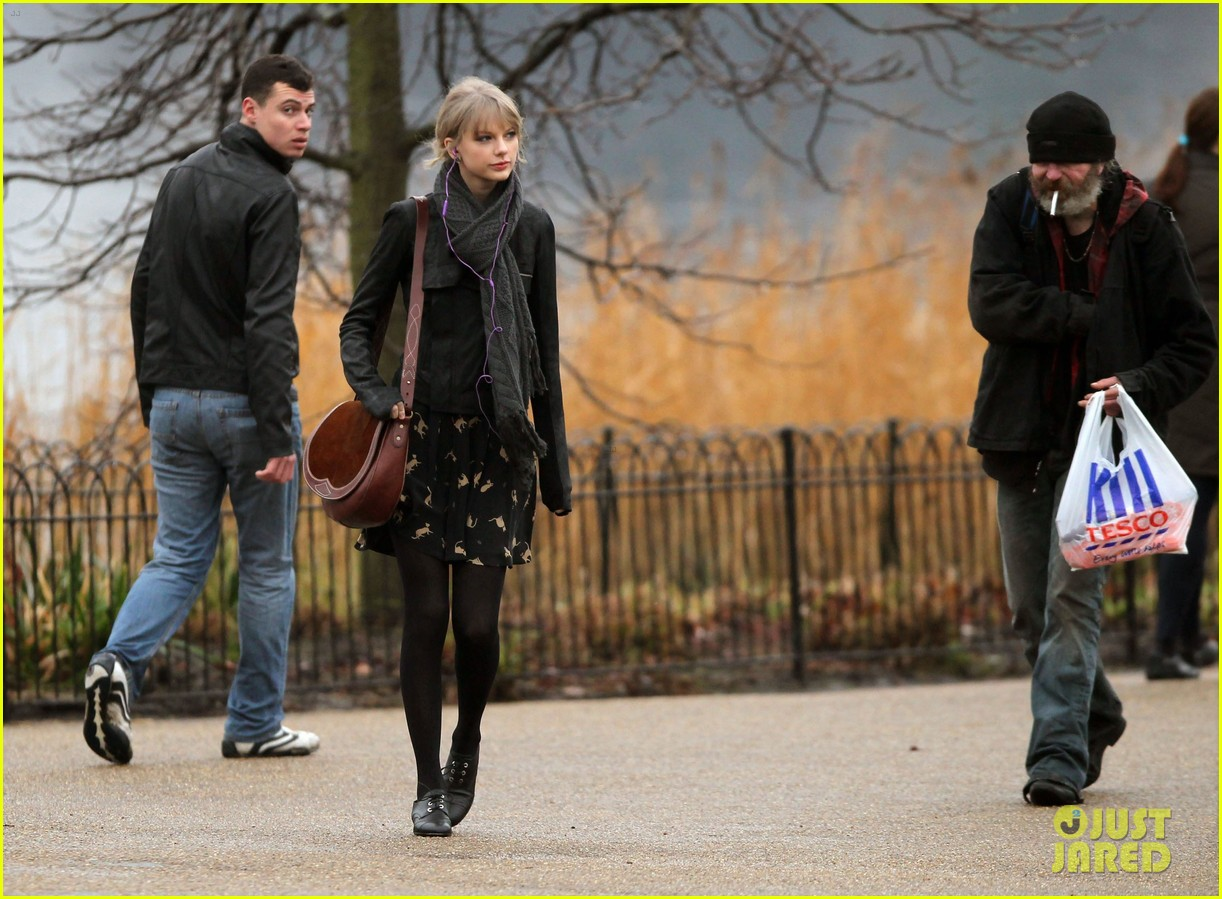 taylor swift umbrella london 03