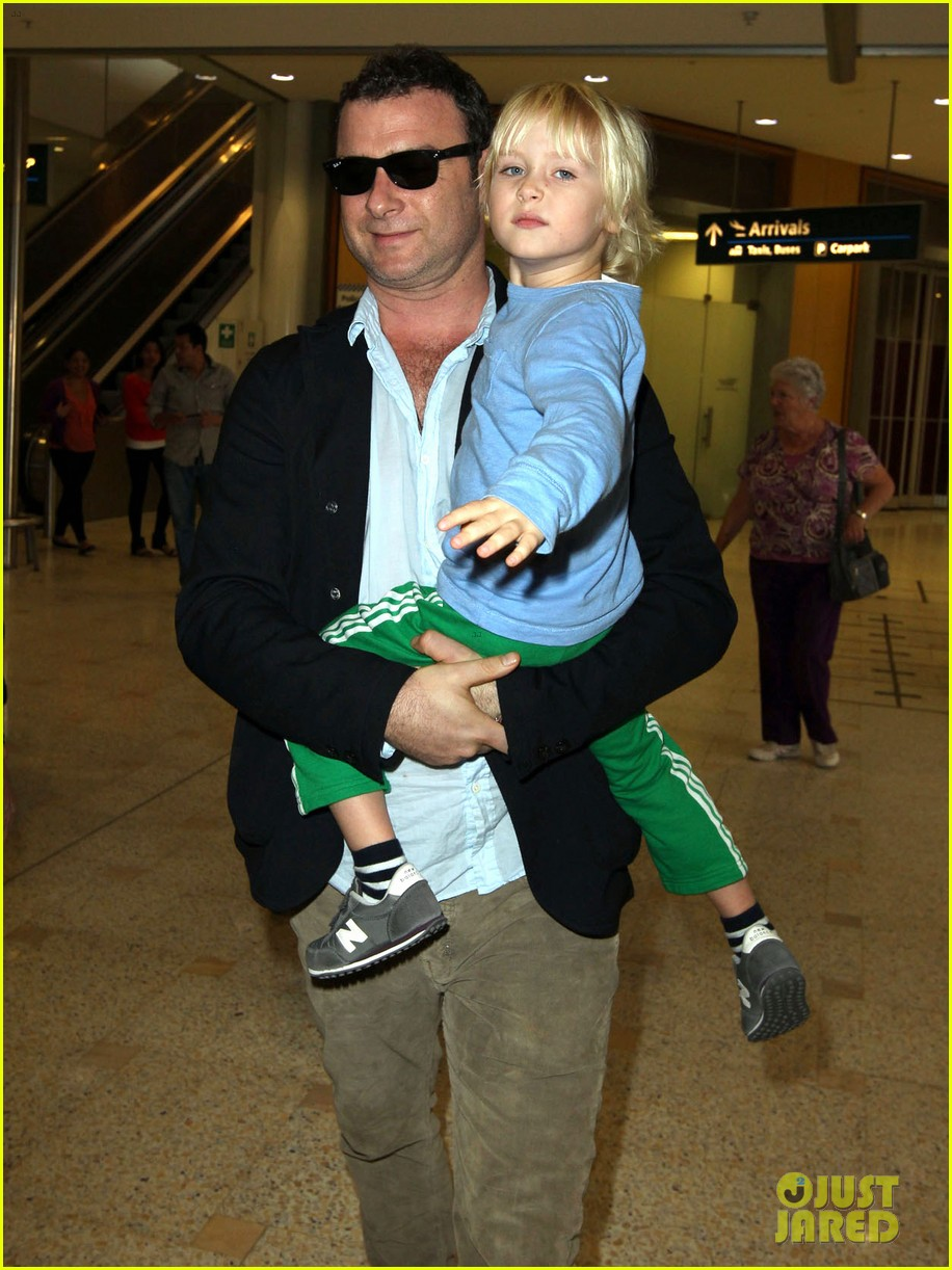 naomi watts liev schreiber sydney arrival with the boys 03