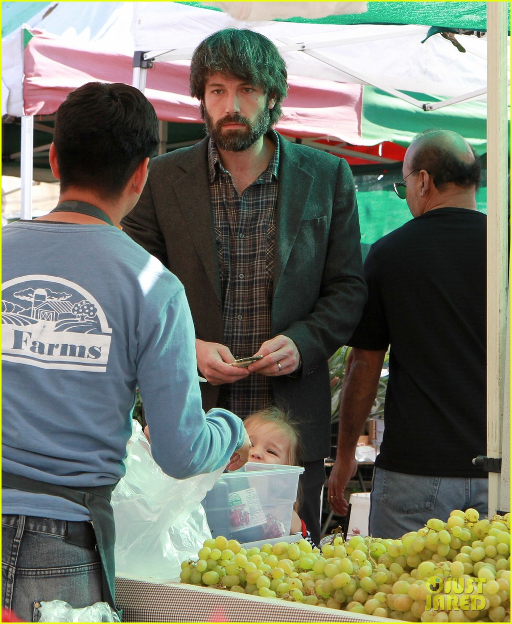 ben affleck daughters farmers market 11