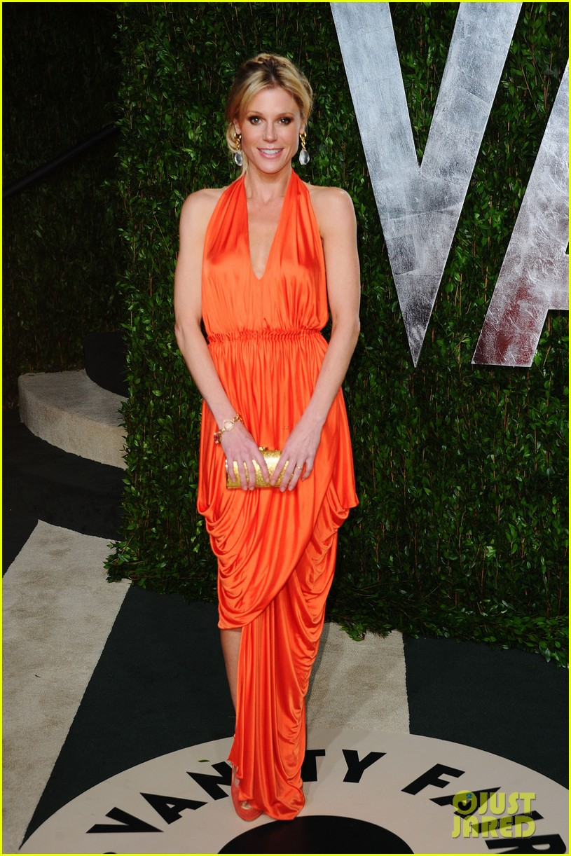 elizabeth banks julie bowen vanity fair oscar party 01