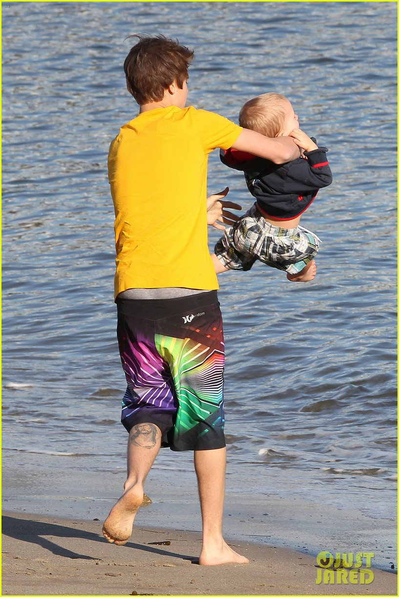 selena gomez justin bieber siblings beach 16