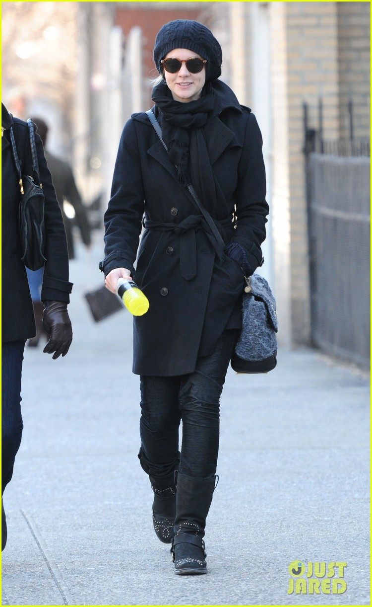 carey mulligan walk with mom 03