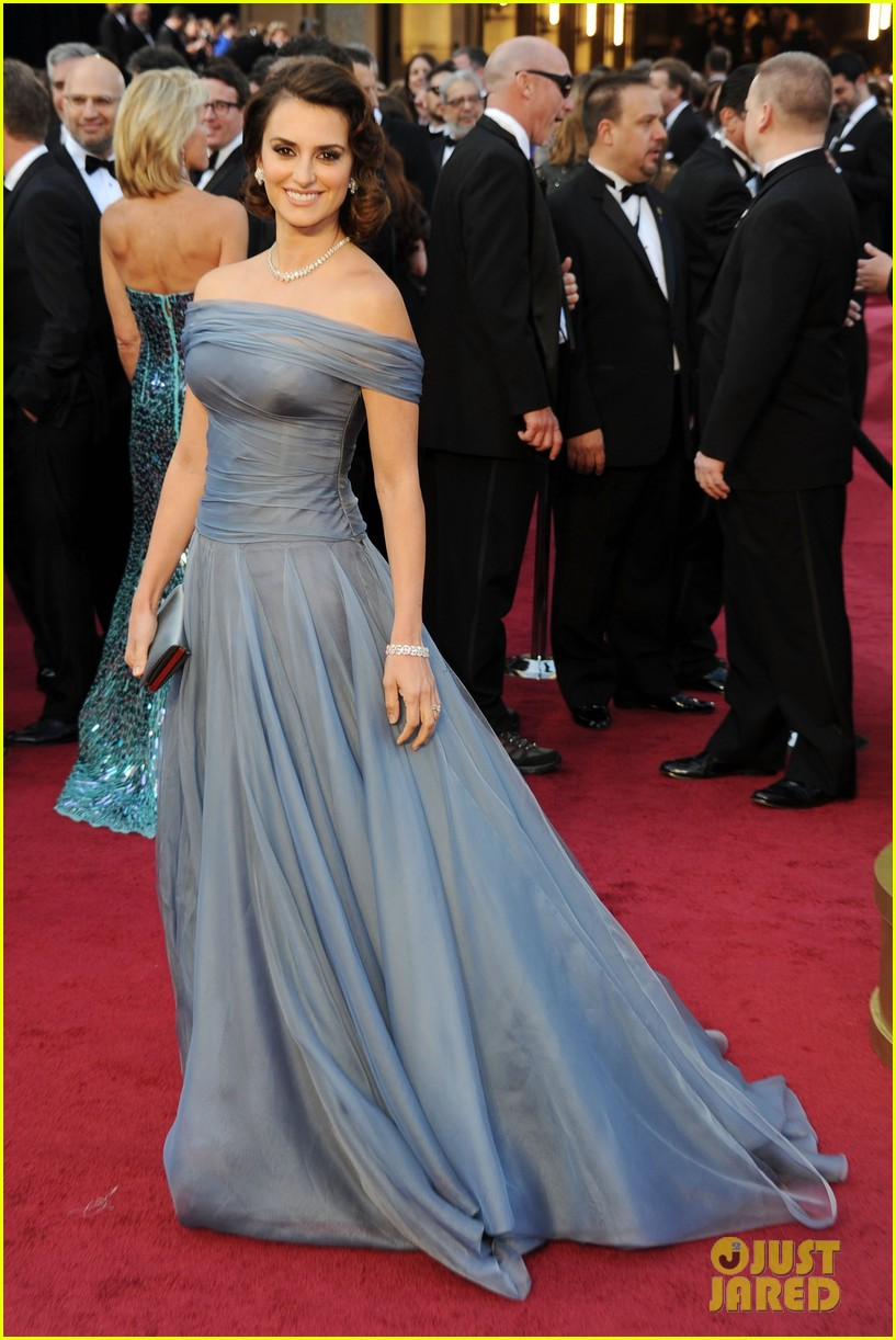 penelope cruz oscars 2012 red carpet 04
