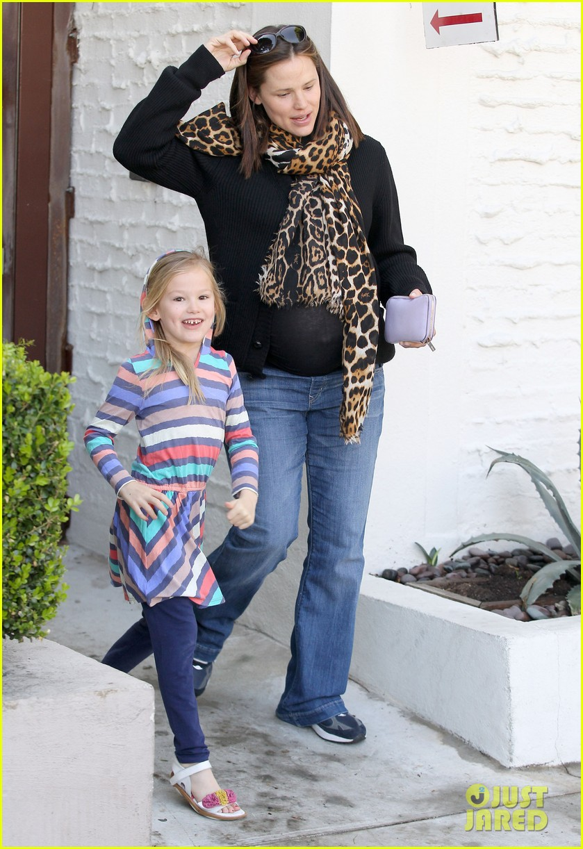 jennifer garner salon with violet 01