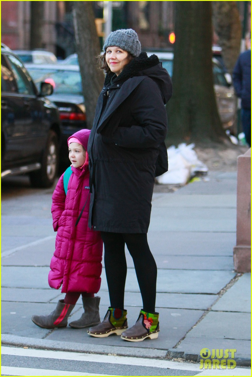 maggie gyllenhaal walks with ramona 01